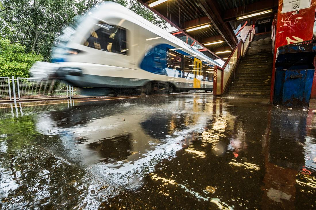 EU-pénzből szép vonatok már vannak, szép pálya is egyre több. De a pontszerű nyomorult állapotok nagyon lerontják az összképet. A képre kattintva galéria nyílik Vörös Attila képeiből