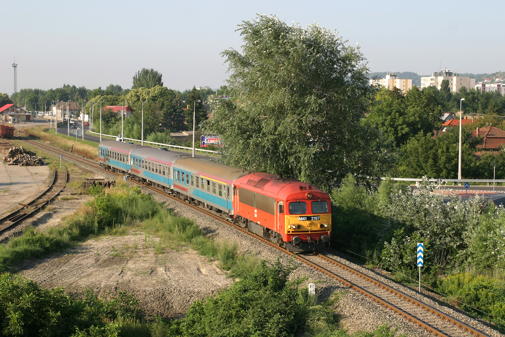 Szekszárdról startol a fővárosba igyekvő expresszvonat 2005 nyarán a szlovén IC-kocsikkal<br>(fotó: Vörös Attila)