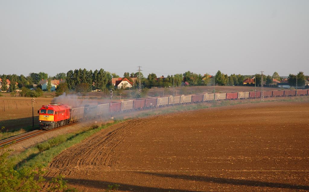Üres kővonat hagyja el Tolna-Mözst Sárbogárd felé 2009 áprilisában