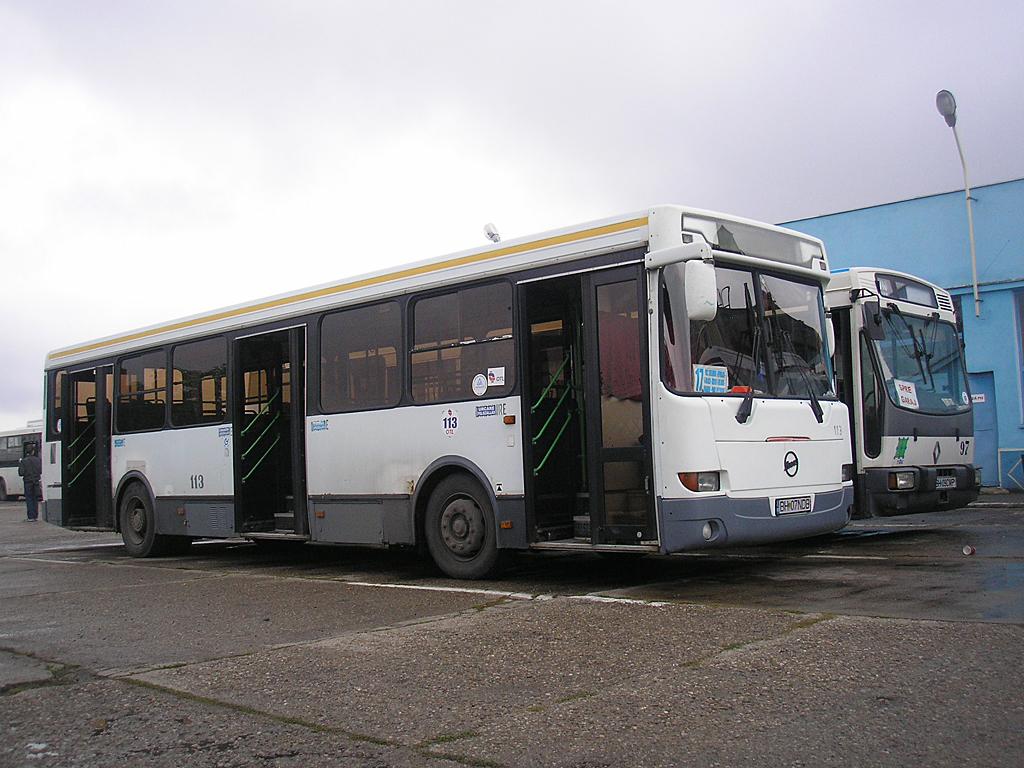 549ec388f3d6 Előtérben a Liaz autóbuszok egyike, mellette egy, Franciaországból érkezett  Renault busz a háromból<