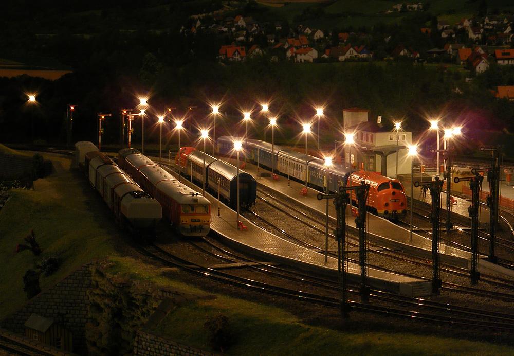 Pirkadati pillanatfelvétel az itt megszokott, illetve errefelé ritkán látható vasúti járművekkel. Mint a valóságban, szemben Ukk–Boba–Celldömölk felé halad ki a vágány, innen nézve jobbról, a kamerához közelítve indulva a 29-es vonal felé, balra Balatonszentgyörgy irányába mehetünk