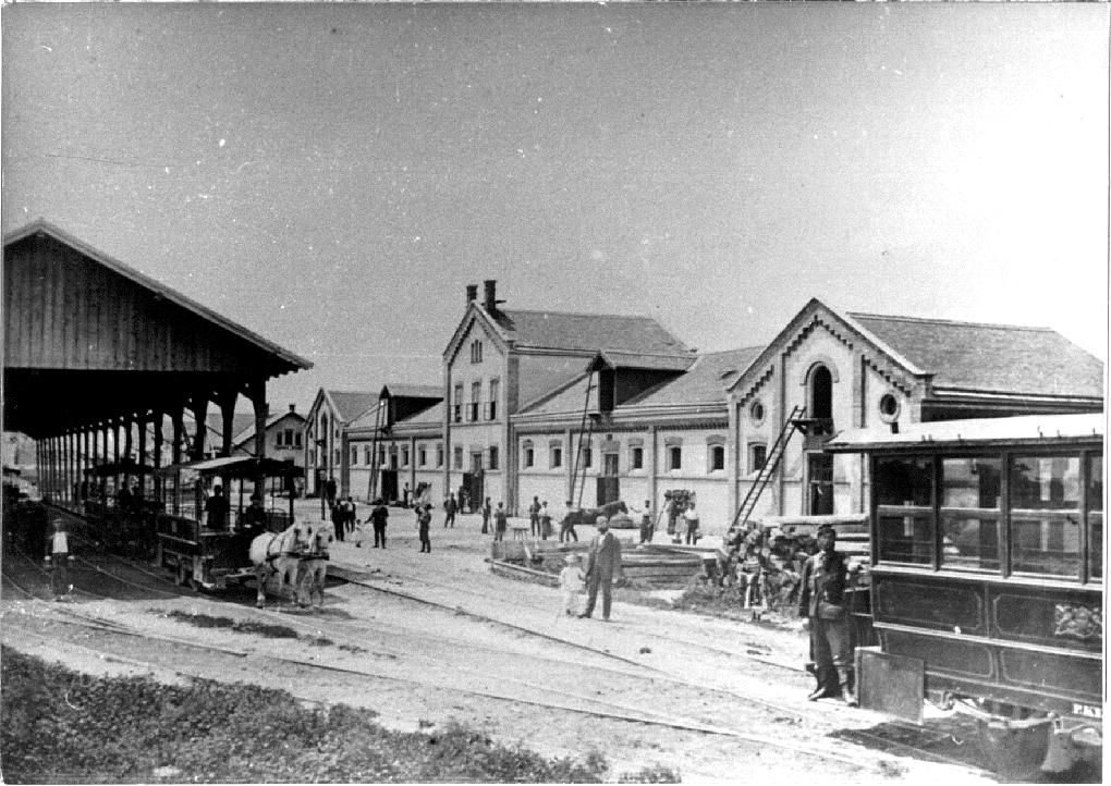 Élénk forgalom az Üllői úti lóvasúti kocsiszínben<br>(a képek forrása: A főváros tömegközlekedésének másfél évszázada)