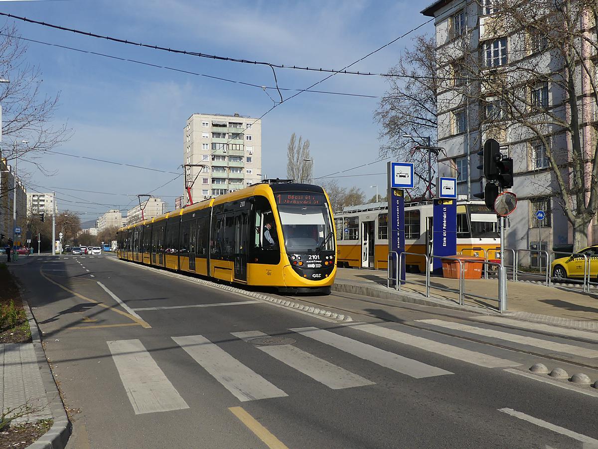 Az első hosszú CAF az 1-es villamos Fehérvári úti végállomásán (fotó: Kemsei Zoltán)