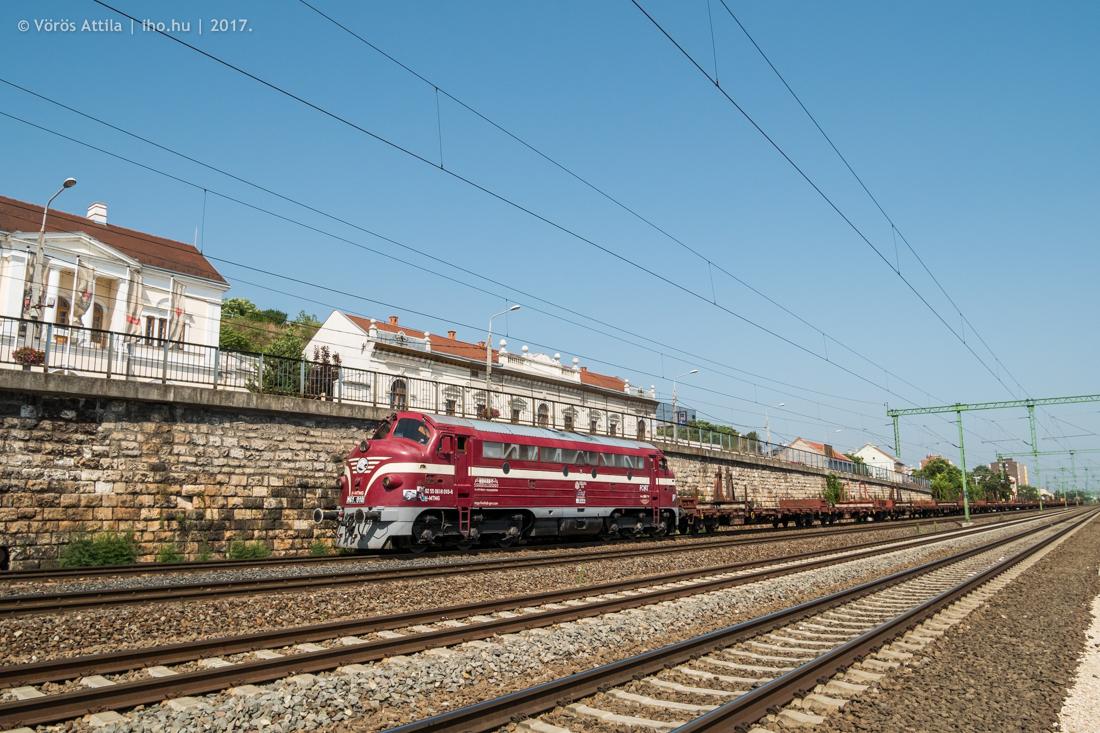 Az MTMG húz egy üres hídelem-vonatot a 010-es Nohabbal Dunaújváros felé Budafokon