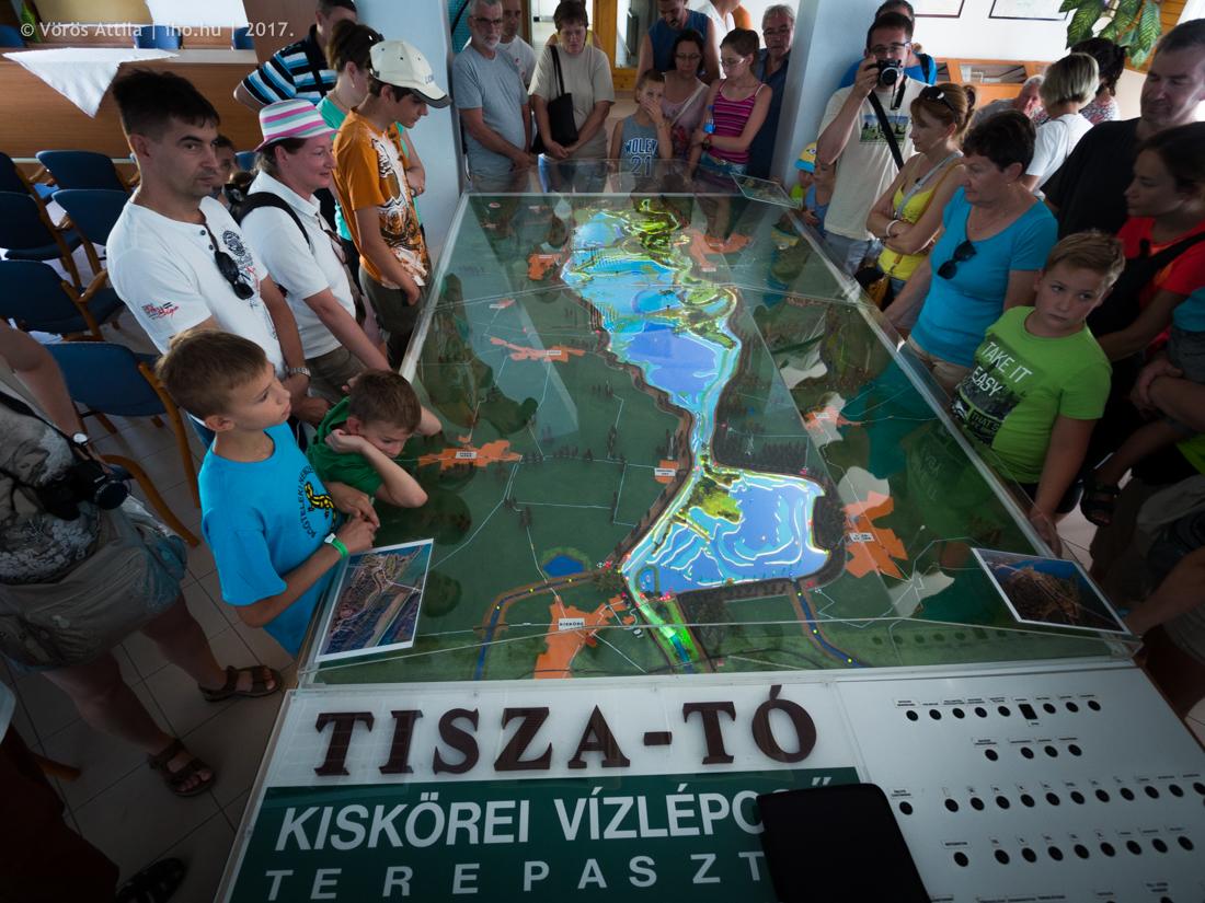 A Tisza-tó interaktív makettje, a fő funkcióknak (például öblítőcsatornák, gátrendszer, monitorozási helyek, stb.) külön kapcsolható LED-világítása van