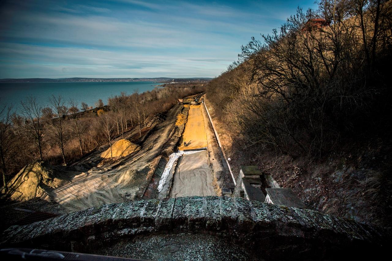 Ütemterv szerint halad a 29-es vonal keleti felének villamosítása. A munkálatok során kimélyítették a csittényhegyi alagutat is. A képre kattintva galéria nyílik (fotók: NIF Zrt.)