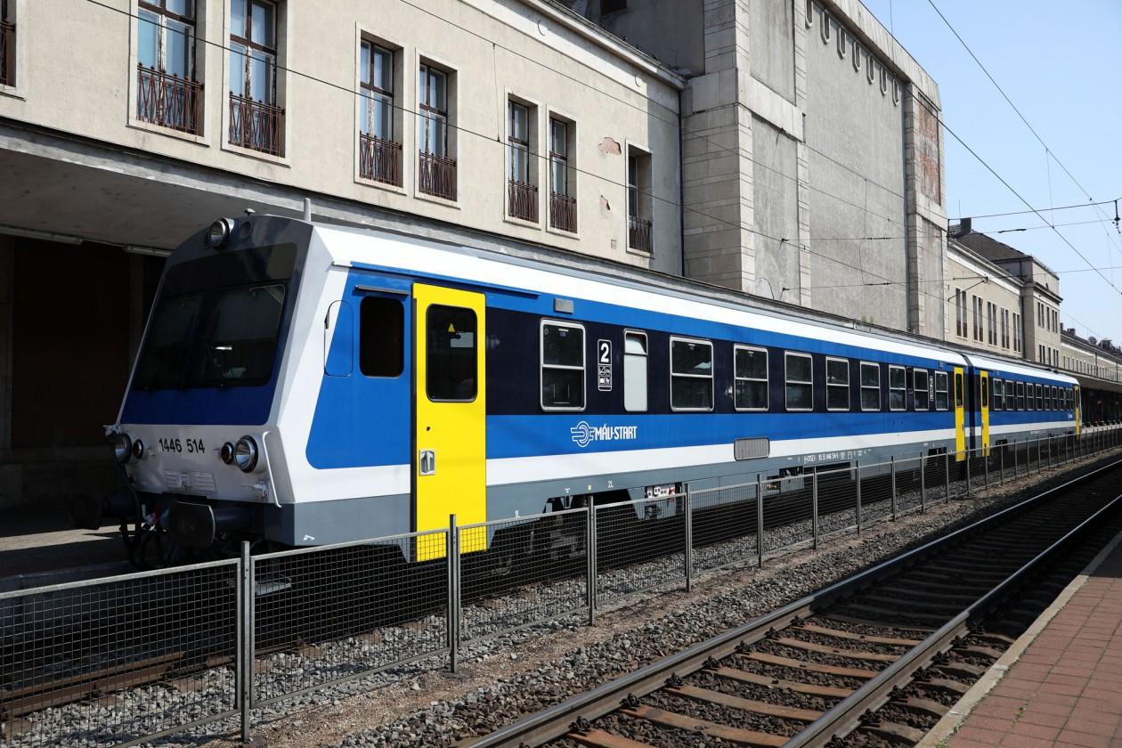 Hiába jár két korszerűnek mondható Jenbacher-motorvonat Győr és Veszprém között, a jelenlegi szerelvényforduló miatt órákat állnak a győri állomáson (fotó: MÁV-Start)