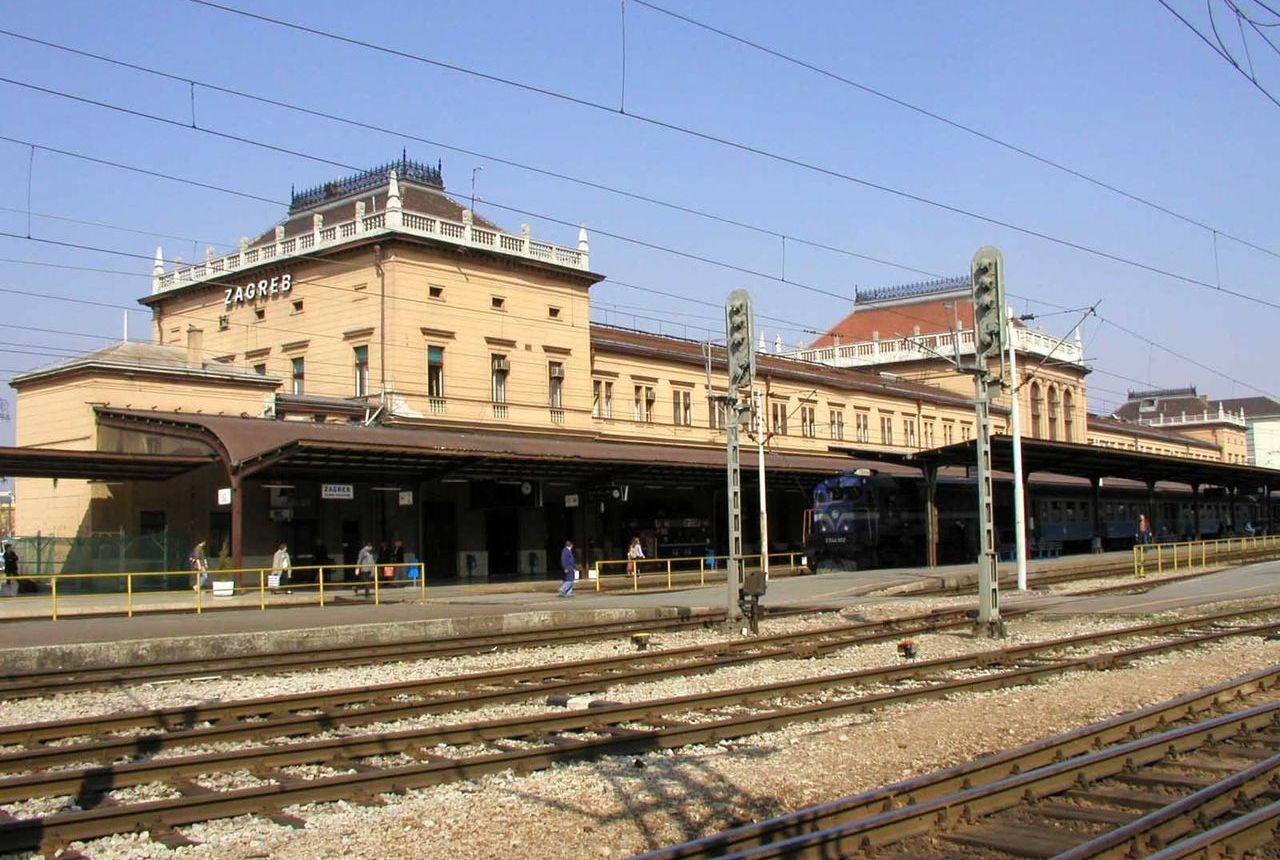 444986faa9 Kennedy az állomáson, személyvonattal. Egy jellegzetes délutáni életkép: a  vonat rövidesen indul,