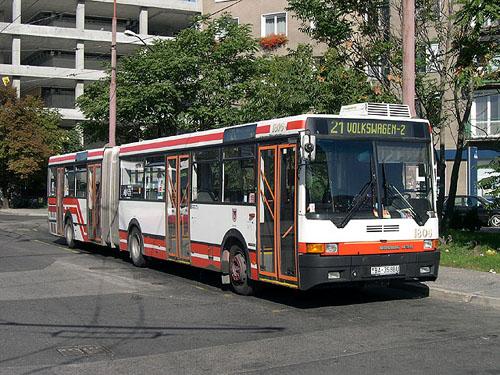 A DPB egyik 435-öse a helyközi buszállomással szemben