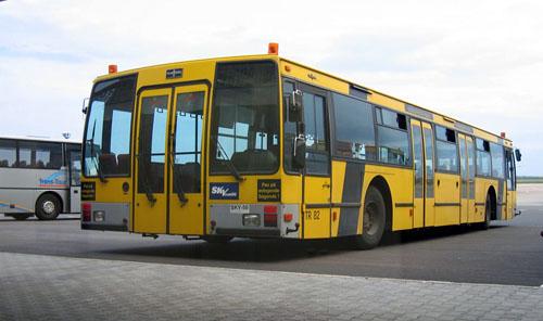 A Skyeurope Van Hool busza, az 1-es terminálon, dán feliratokkal az oldalán (forrás: Székács András)