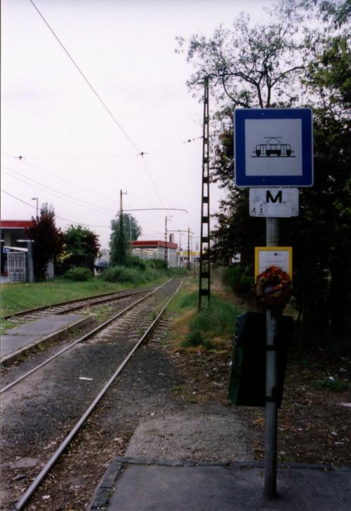 Másnap már csak a koszorú emlékeztetett a végállomásra <br>(fotók: Müller Péter)