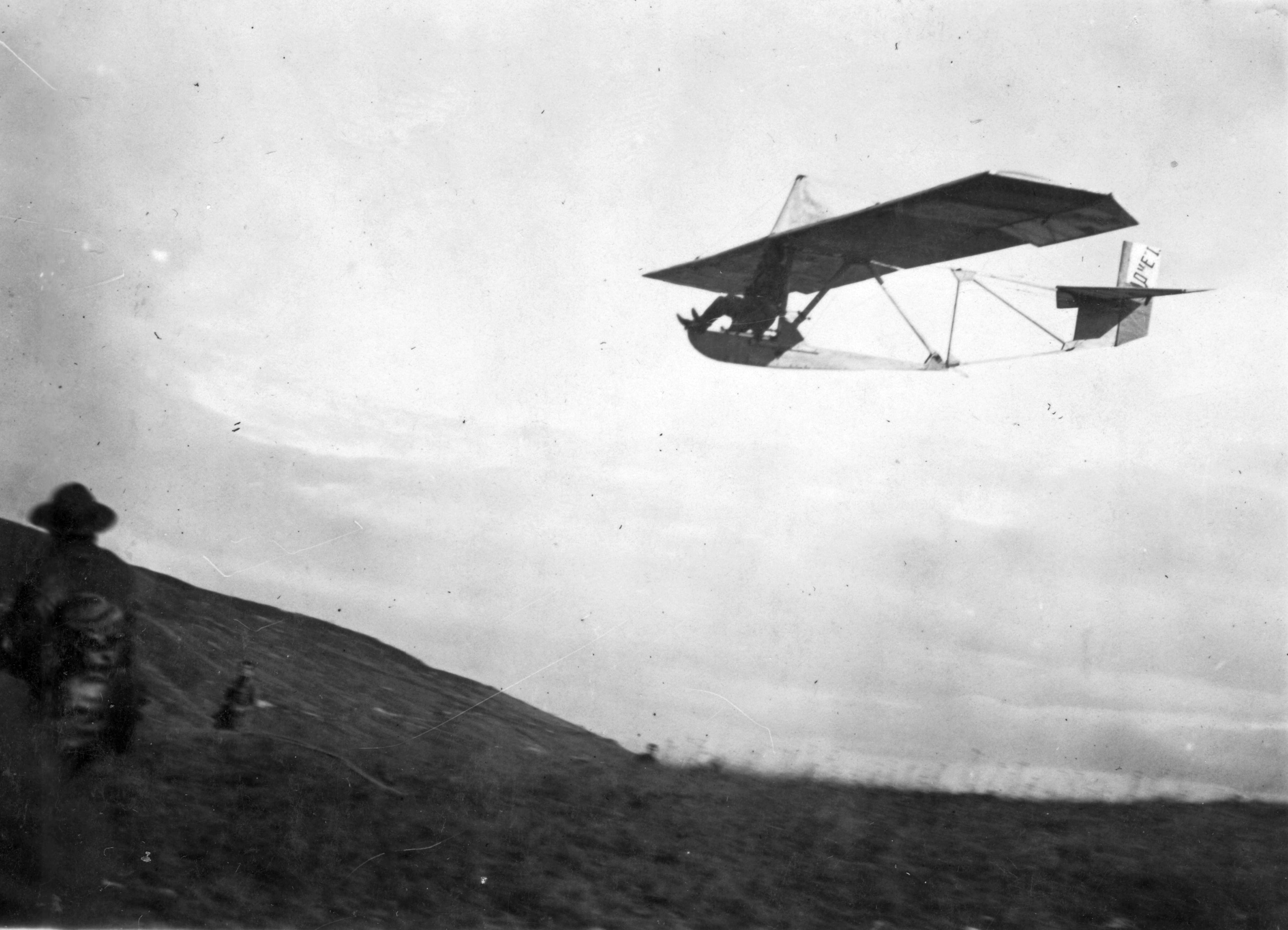 Fortepan fotó: az egyik első honi siklógép a Katlan lejtője fölött