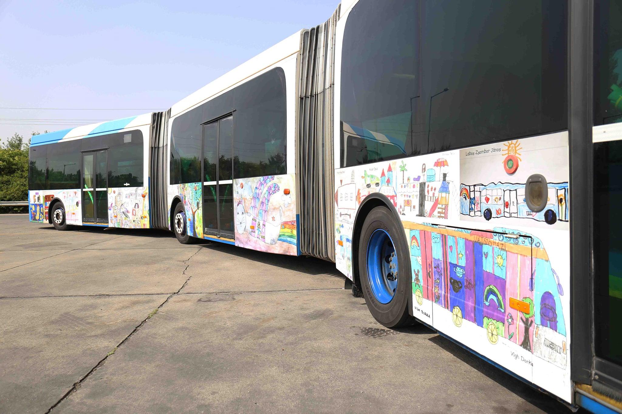 A jármű kölsejét a BKV rajzpályázatára küldött alkotásokkal díszítették ki