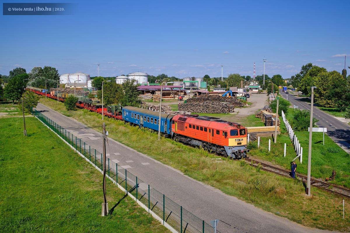 A reptér iparvágányán cammog a 057-es Szergej a katonavonattal (fotók: Vörös Attila)
