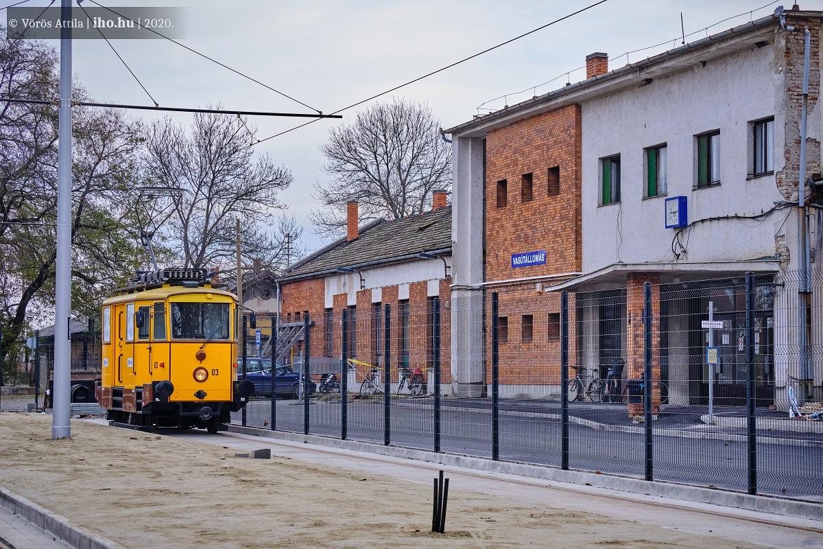Hódmezővásárhely nagyállomáson a tramtrain végállomása. Érdekes ez a kerítés, háttérben a ramaty állapotú MÁV-épülettel... (fotók: Vörös Attila)