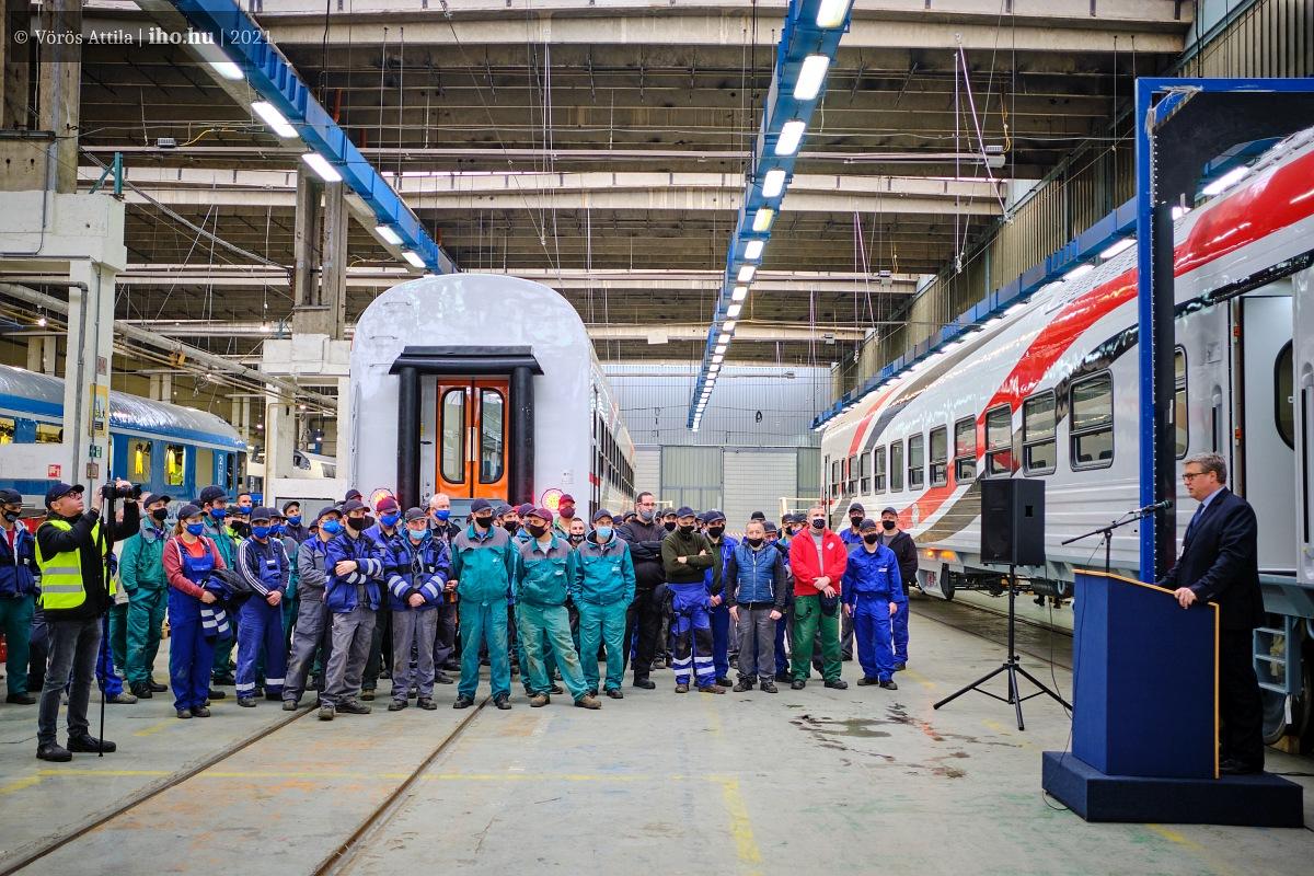 Wein András ügyvezető igazgató indítja útjukra ünnepélyesen az első ENR kocsikat. A képre kattintva galéria nyílik Vörös Attila fotóiból