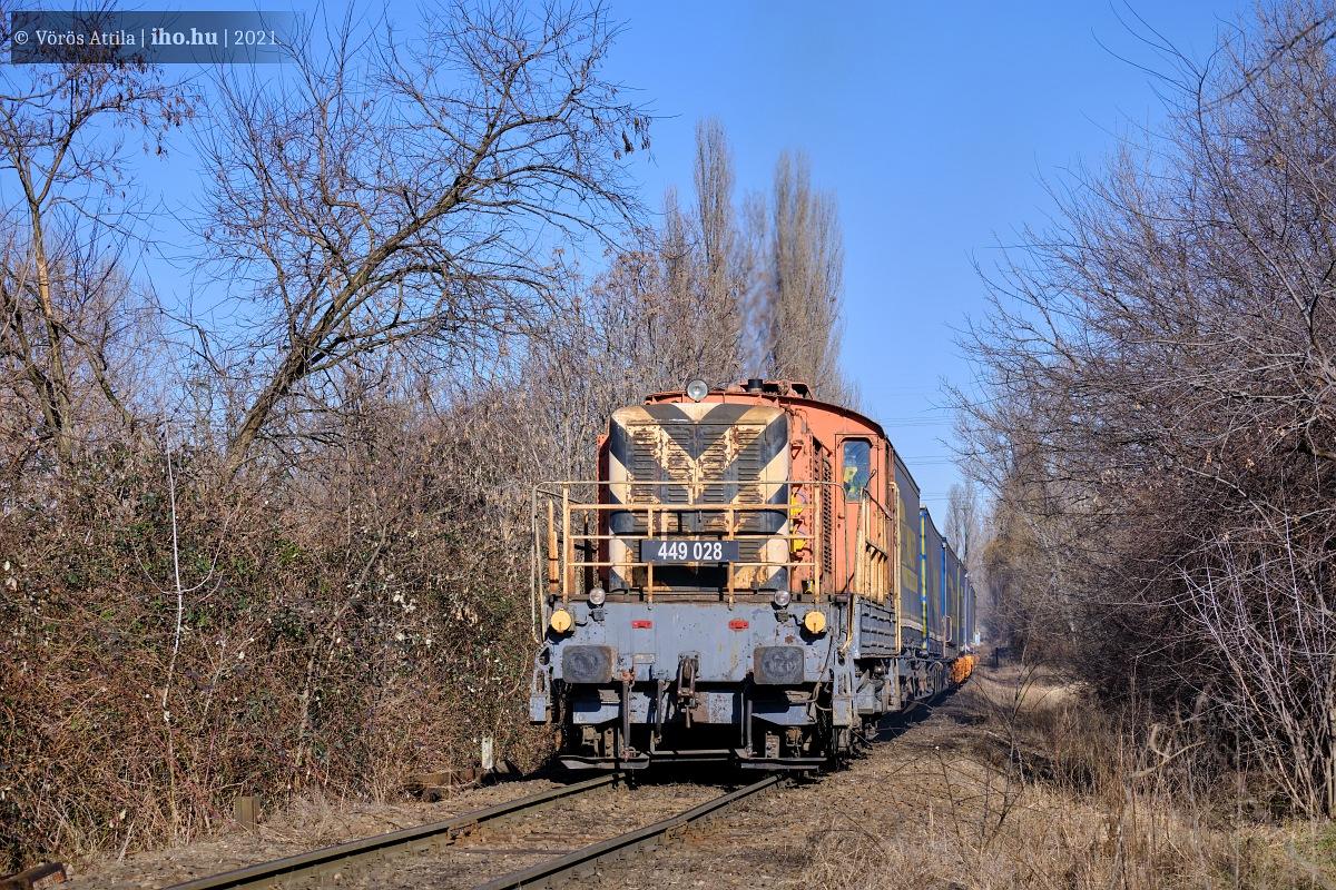 Egy félpótkocsikat szállító tehervonattal veselkedik neki a Gubacsi hídra vezető emelkedőnek a REC 028-as gépe Sorút felől