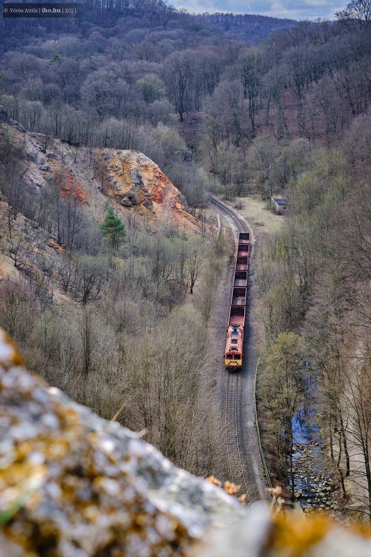 Az üres tehervonat érkezik Porva-Csesznek felől (fotó: Vörös Attila)