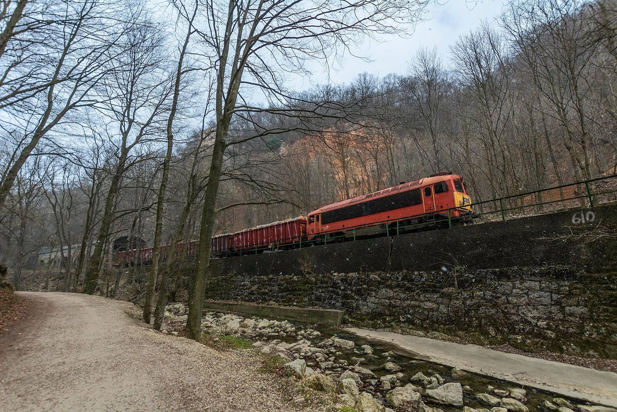 A napsütés–hózápor ütemben a rakott vonat a Vinye utáni vadregényes szakaszon a havat választotta (fotó: Szabó Bence)