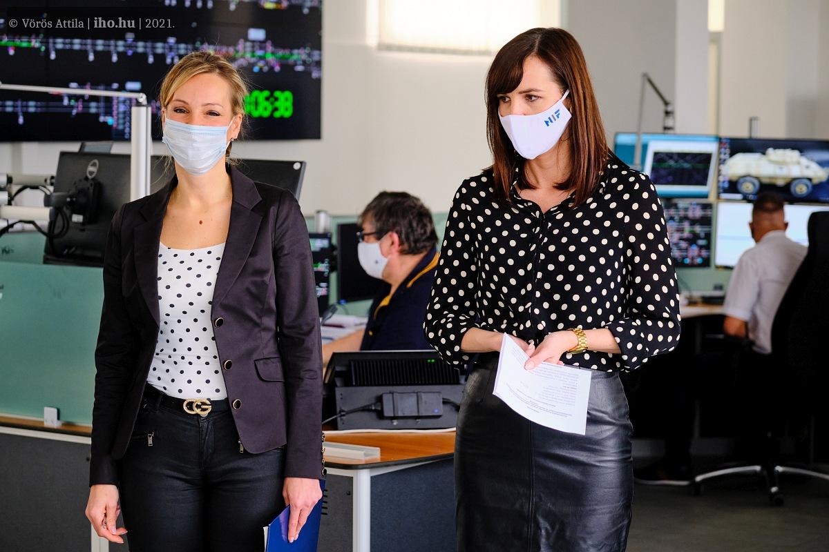 Megkérdeztük a hölgyeket: véletlenül öltöztek össze ilyen kiválóan! Balról Bíber Anett, jobbra pedig Kiss Boglárka