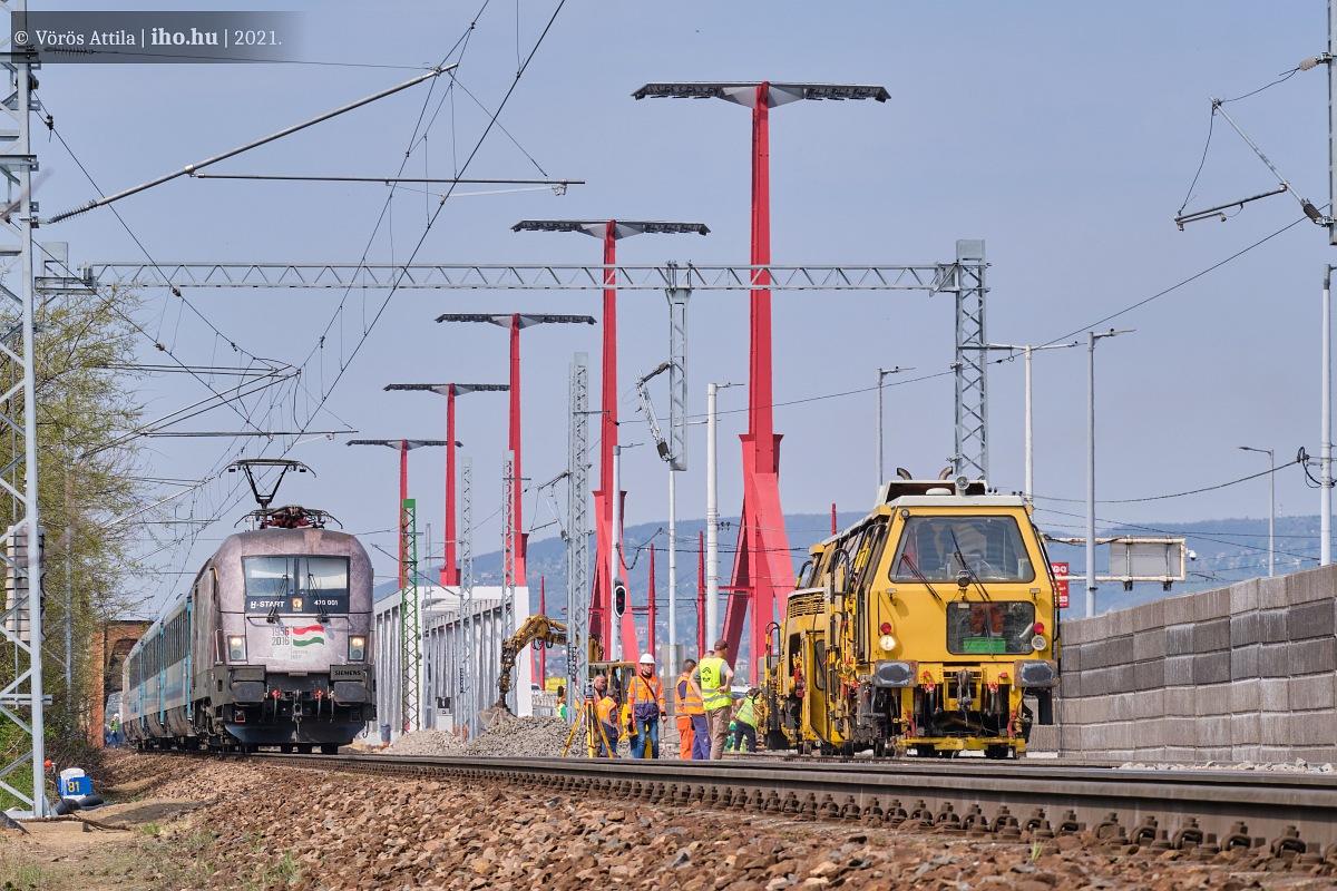 Az új hídra vezető vágány szabályozása a hét folyamán, mellette egy Keletibe tartó járat érkezik