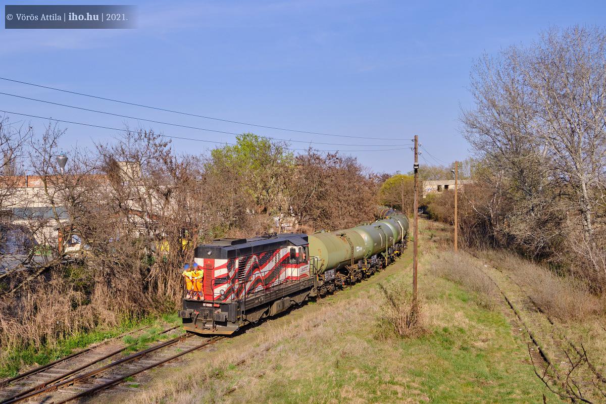 A 742 279-es Kocúr egy fél melaszvonat élén az iparvágányon (fotók: Vörös Attila)