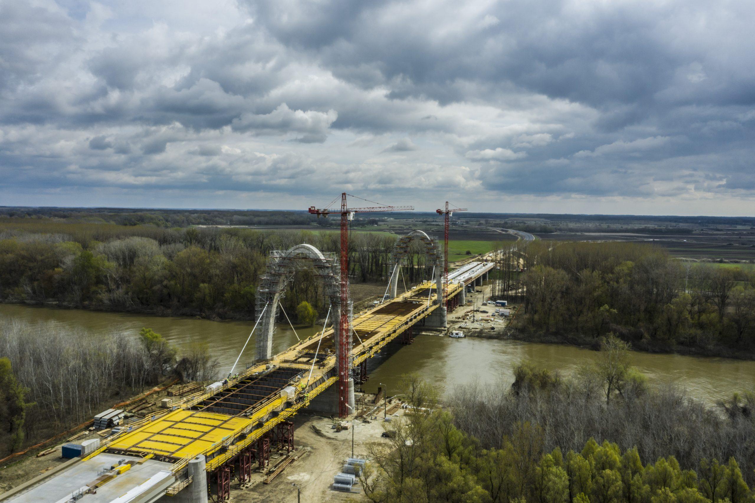 556 méter hosszú a híd a Tisza fölött