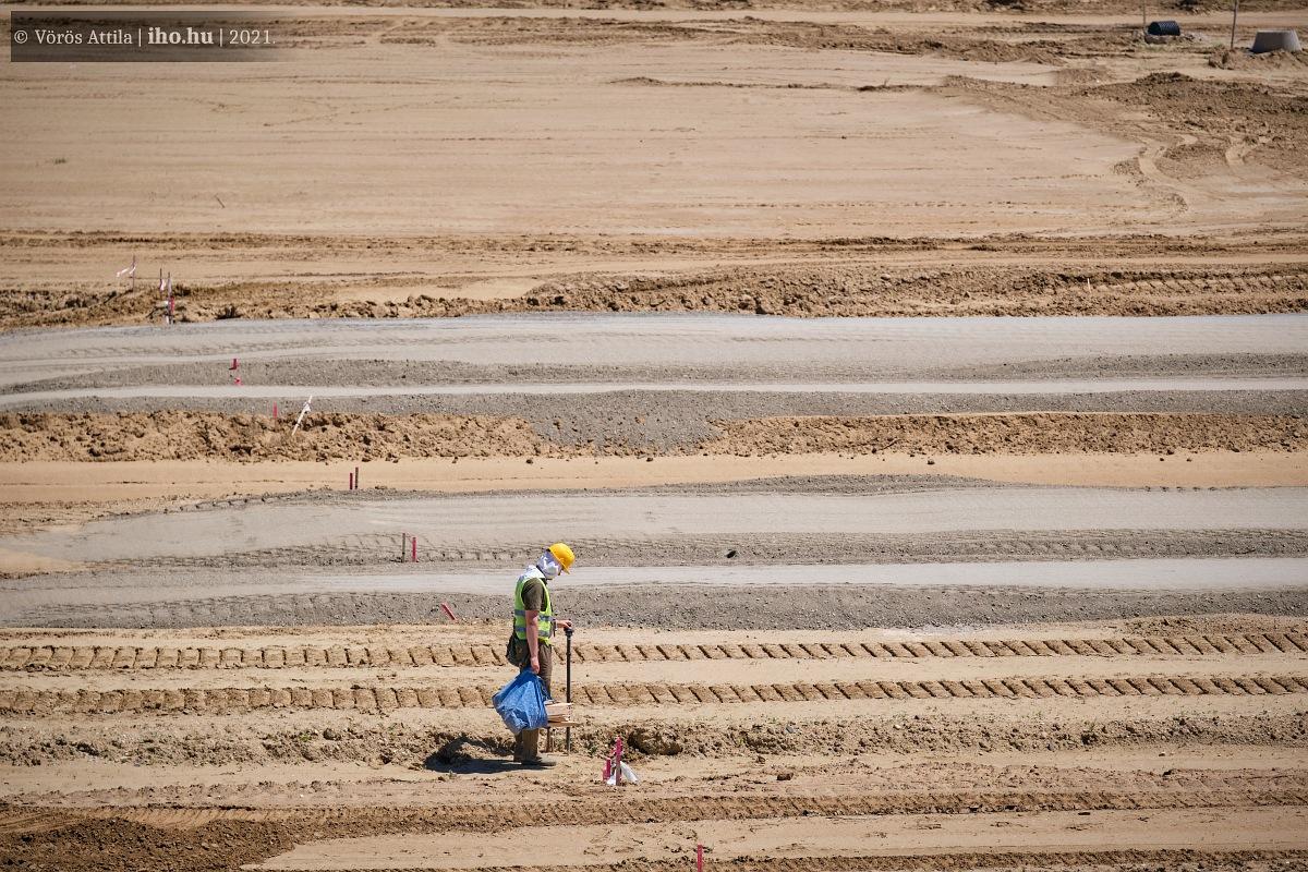 Zajlik a bődületes földmunka Fényeslitke határában