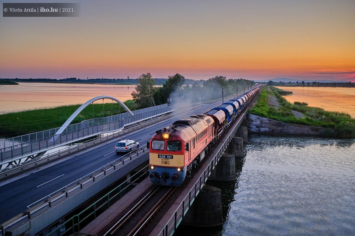 A V-Híd 151-es Szergeje dübörög a naplementében Debrecen felé tartó rakott kővonatával