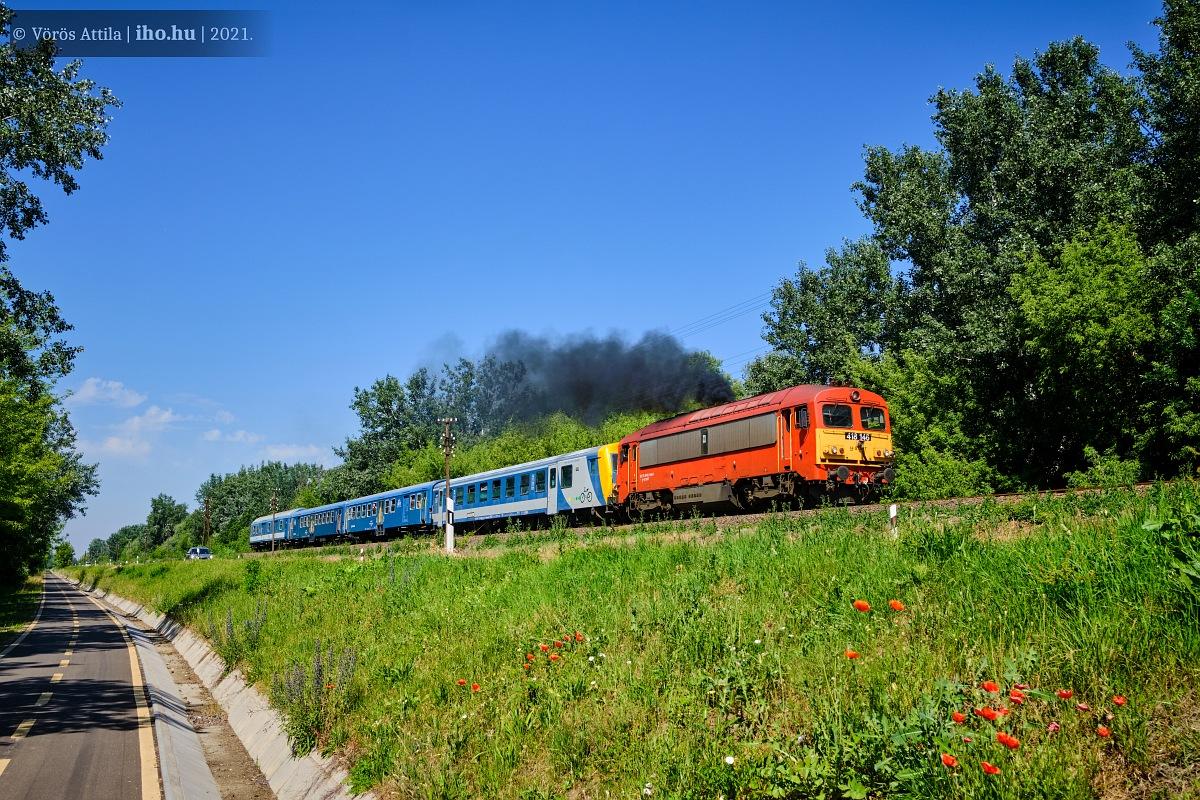 Tisza-tó Expresszvonat robog Poroszló és Tiszafüred között négy kocsival. A képre kattintva galéria nyílik Vörös Attila fotóiból!