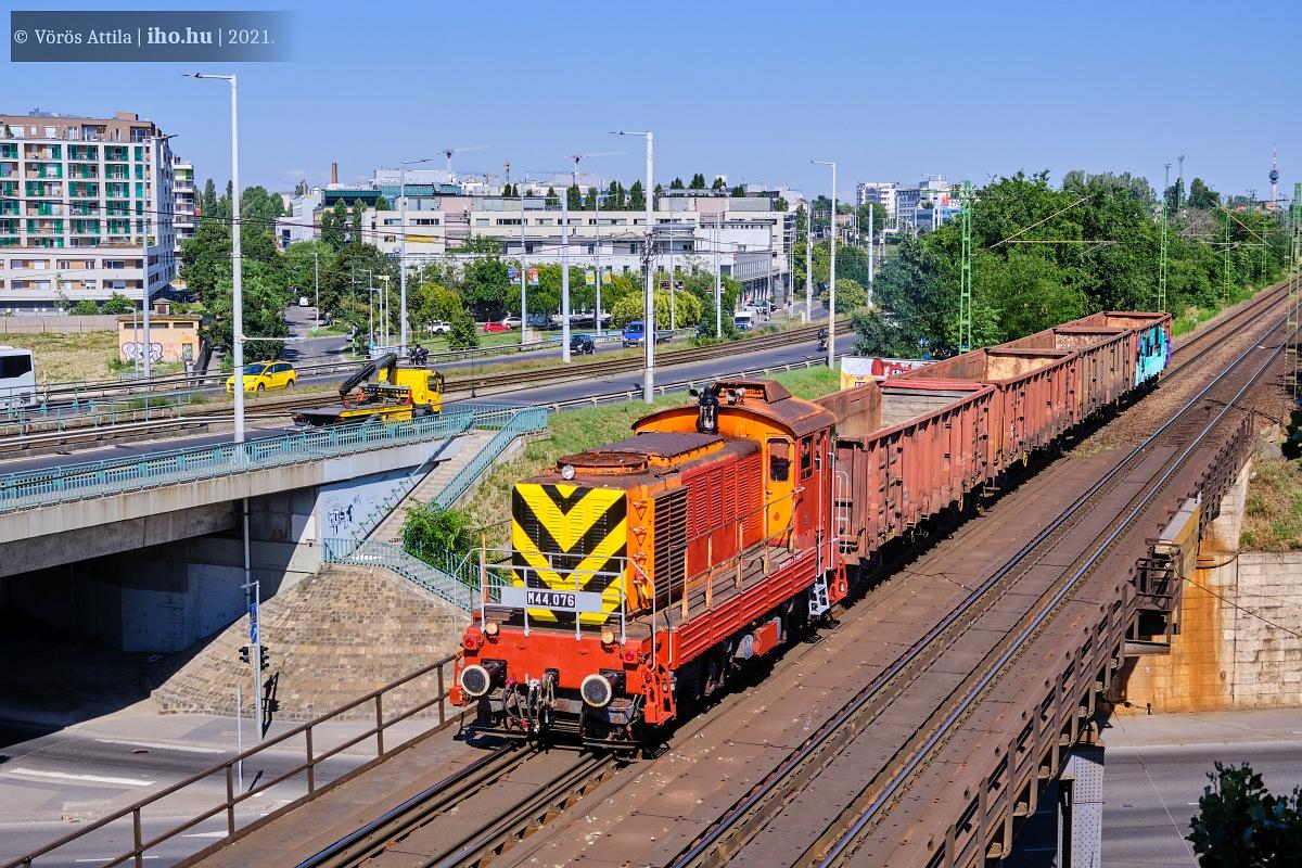 Ferencváros után robog rövid tehervonatával Fehérvár felé a 076-os Bobó. A sárga és a fekete már szép, a pirosak még kissé kaotikus képet mutatnak (képek: Vörös Attila)