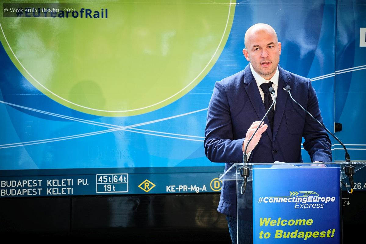 Homolya Róbert MÁV-vezér üdvözli a fővárosba érkezett vonatot