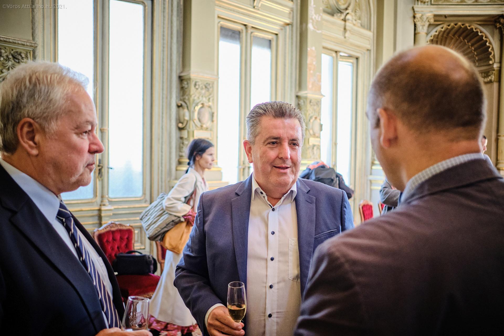 Fülöp Zsolt, Tálosi András és Bíró Koppány Ajtony, az MLSZKSZ főtitkára beszélget a Királyi váróban
