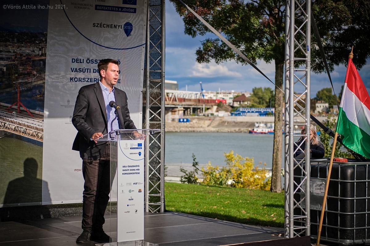 A középső híd tiszteletére rendezett ünnepségen Vitézy Dávid, a BFK vezérigazgatója is mondott beszédet. Rajta kívül még Schanda Tamás, az Innovációs és Technológiai Minisztérium miniszterhelyettese; Homolya Róbert, a MÁV Zrt. elnök-vezérigazgatója, valamint Nyul Zoltán, a NIF Zrt. beruházási vezérigazgató-helyettese kért szót (fotó: Vörös Attila)