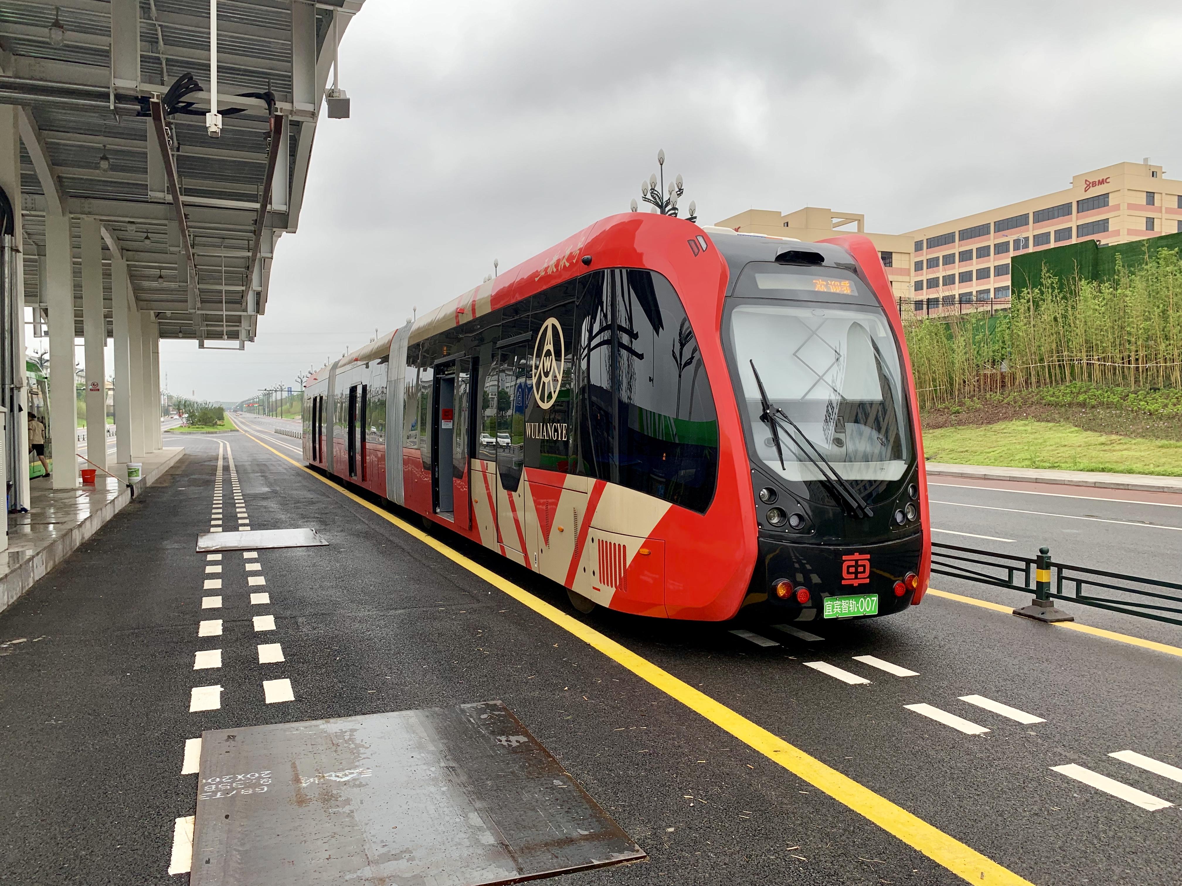 A kínai CRRC ART (Autonomus Rail Rapid Transit) kétirányú szerelvénye, sínek nélkül. Nem busz, nem villamos, egy új járműkategória