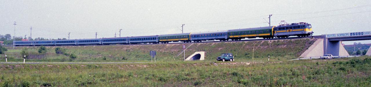 Budapestre tartó IC Sopronnál, 1996. június 14-én. A GYSEV V43-asai kezdetben MÁV-os fényezésben közlekedtek, de több gép már viszonylag gyorsan megkapta a jellegzetes sárga csíkot és a paralelogrammába foglalt pályaszámot a vasúttársasági logóval. Az 1990-es évek derekától a soproni Sziliken a kék alapszínt folyamatosan váltotta fel a zöld (fotó: GYSEV-archívum)