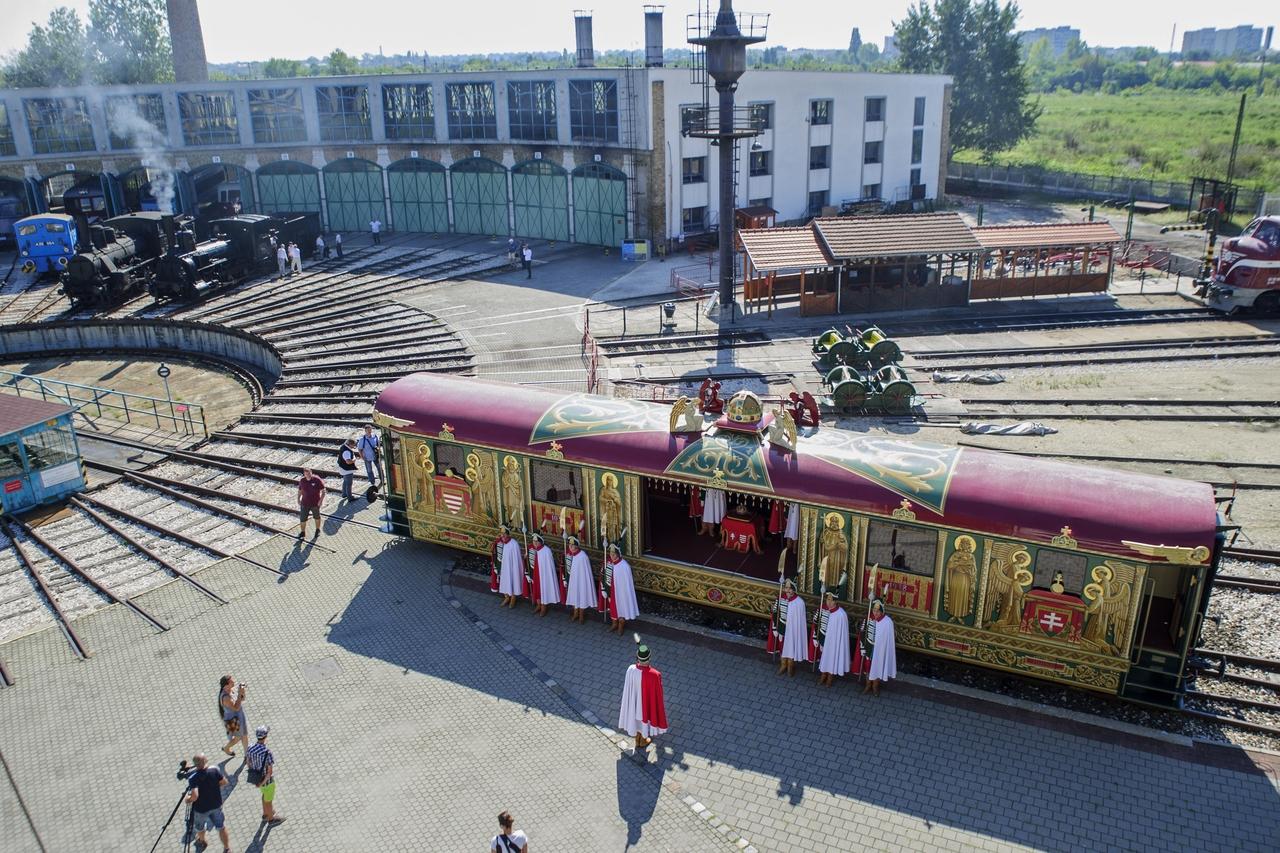 Augusztus 20-án a Magyar Vasúttörténeti Parkban mutatták be a felújított Aranyvonatot