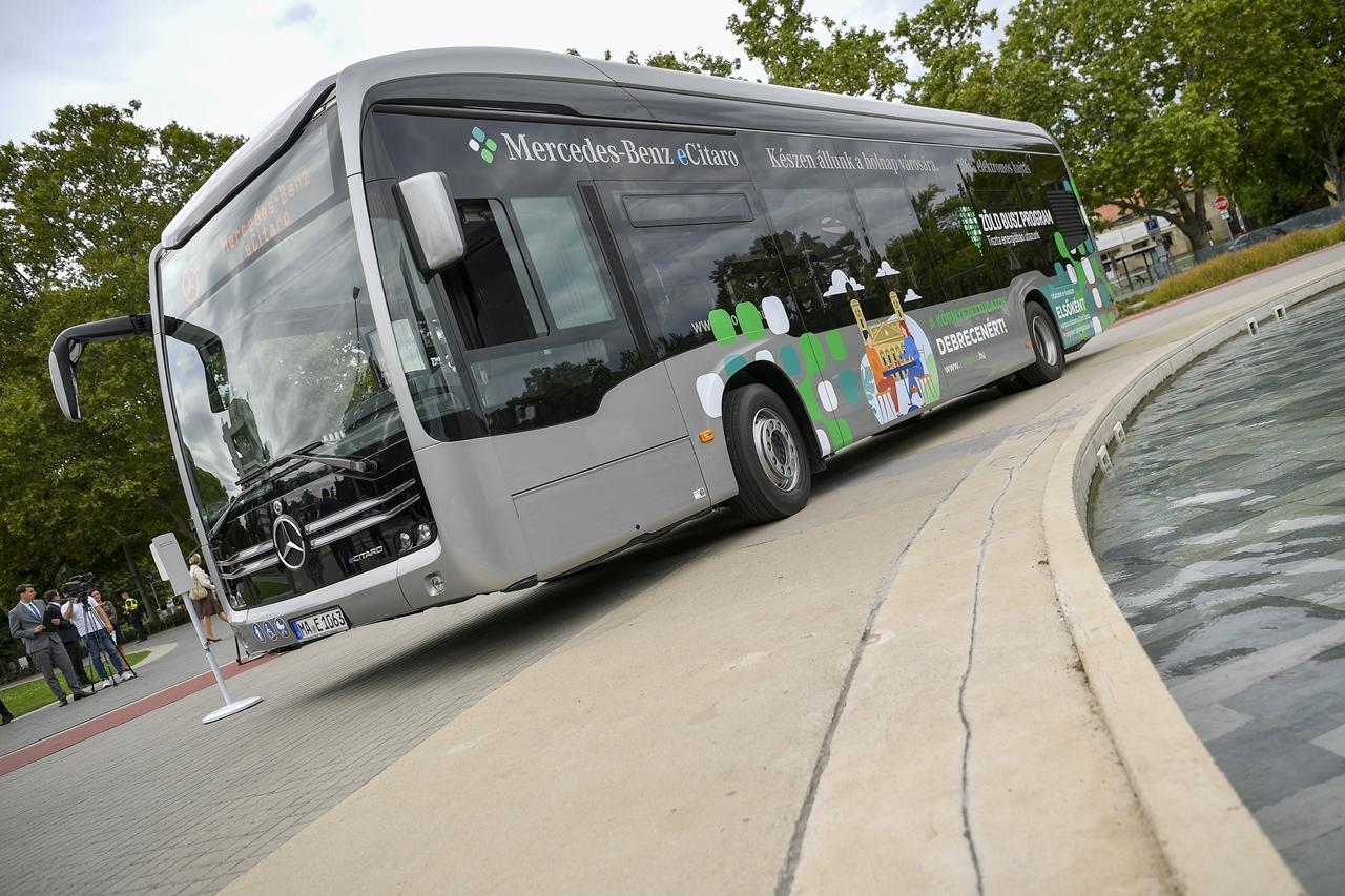 A teljesen elektromos üzemű, zéró emissziós Mercedes eCitaróval szeptember 1-jétől 30-áig díjmentesen lehet utazni Debrecenben (fotó: Czeglédi Zsolt/MTI)