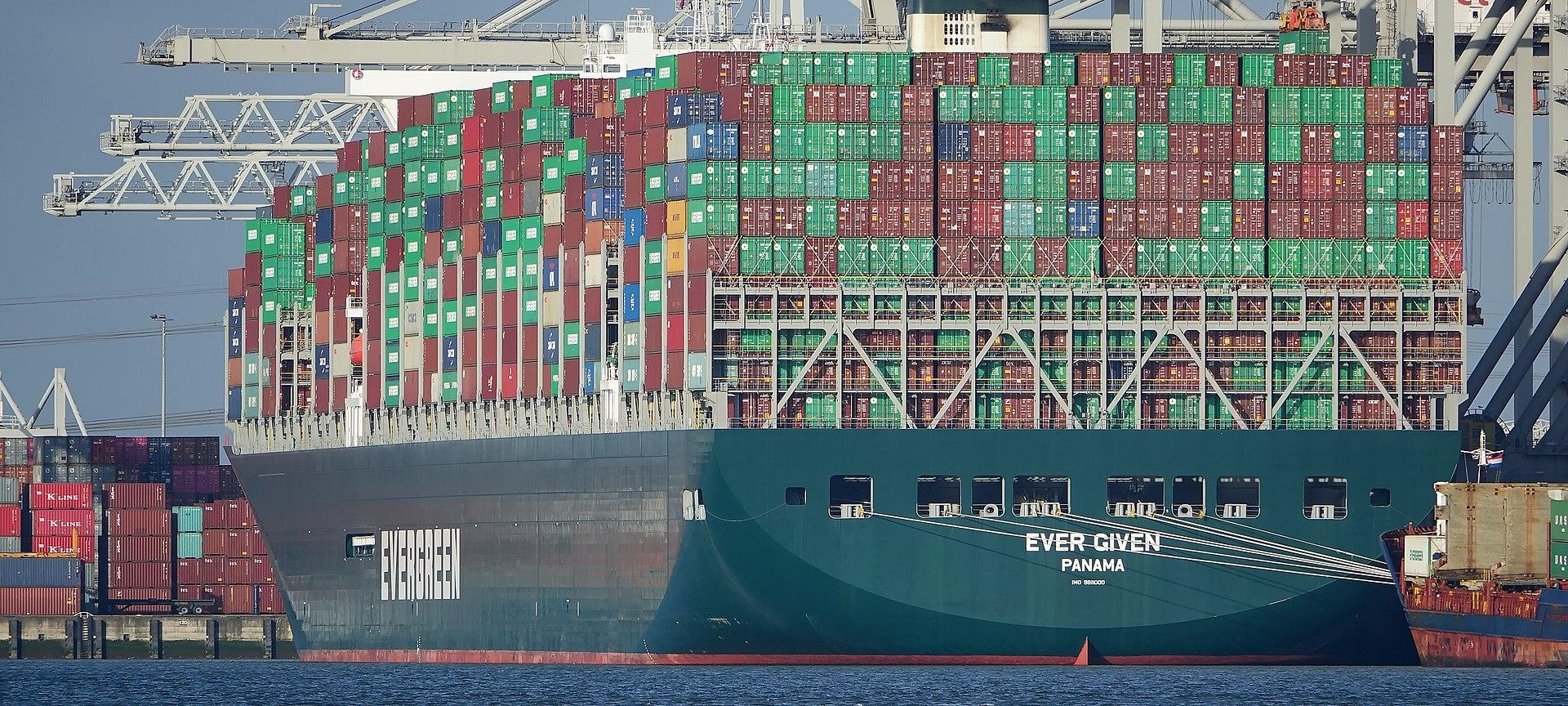 Az Ever Givent további több tucat hatalmas konténerhajó követi Rotterdam felé, ennek következtében megnövekszik az érkező áruk mennyisége is a hollandiai kikötőben (kép forrása: Wikipedia)