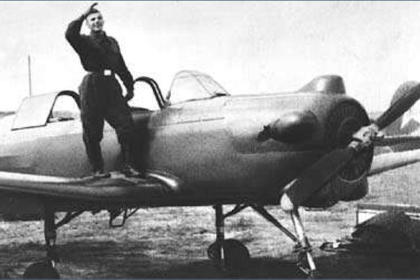 Az első úrhajós az első önálló repülése után, a Jak-18-assal