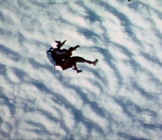 Zuhanás még húsz kilométer felett, már félig ülő testhelyzetben (fotók: NASA)