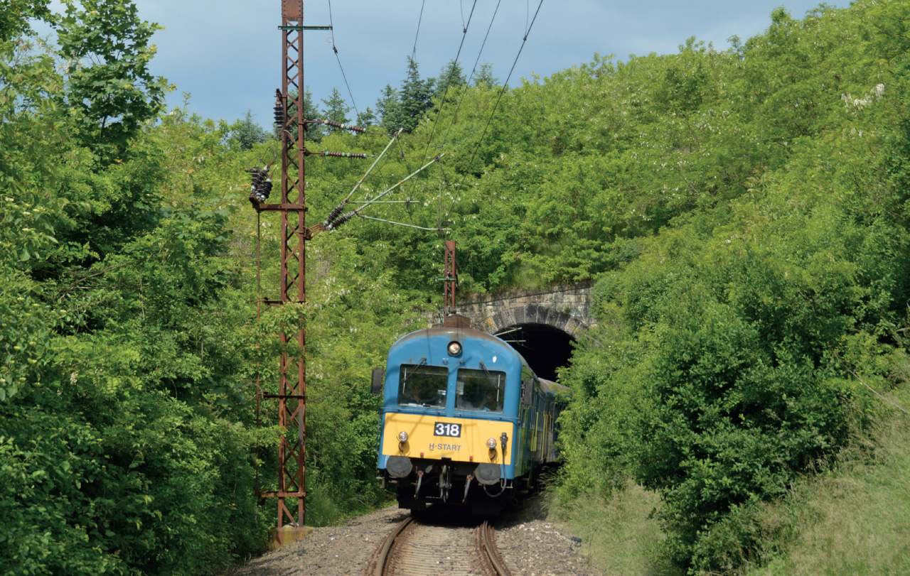 Rendkívül kis sugarú ívvel kanyarodik rá az alagútra a vonal, ami a felsővezeték-építőket is kihívás elé állította. Az alagút eredeti keresztmetszete lehetővé tette, hogy a felsővezetéki hosszláncot az alagút falába erősített szerkezetre egyszerűen felfüggesszék