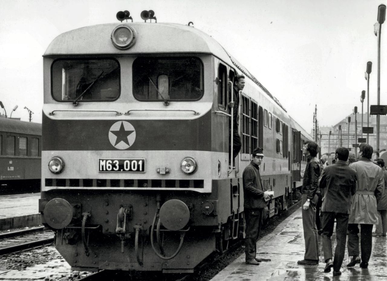 Az újdonság varázsával hat a Déliben a legerősebb magyar dízelmozdony. Az indulásra kész gépet kíváncsi tekintetek fürkészik (fotó: Lányi Ernő)
