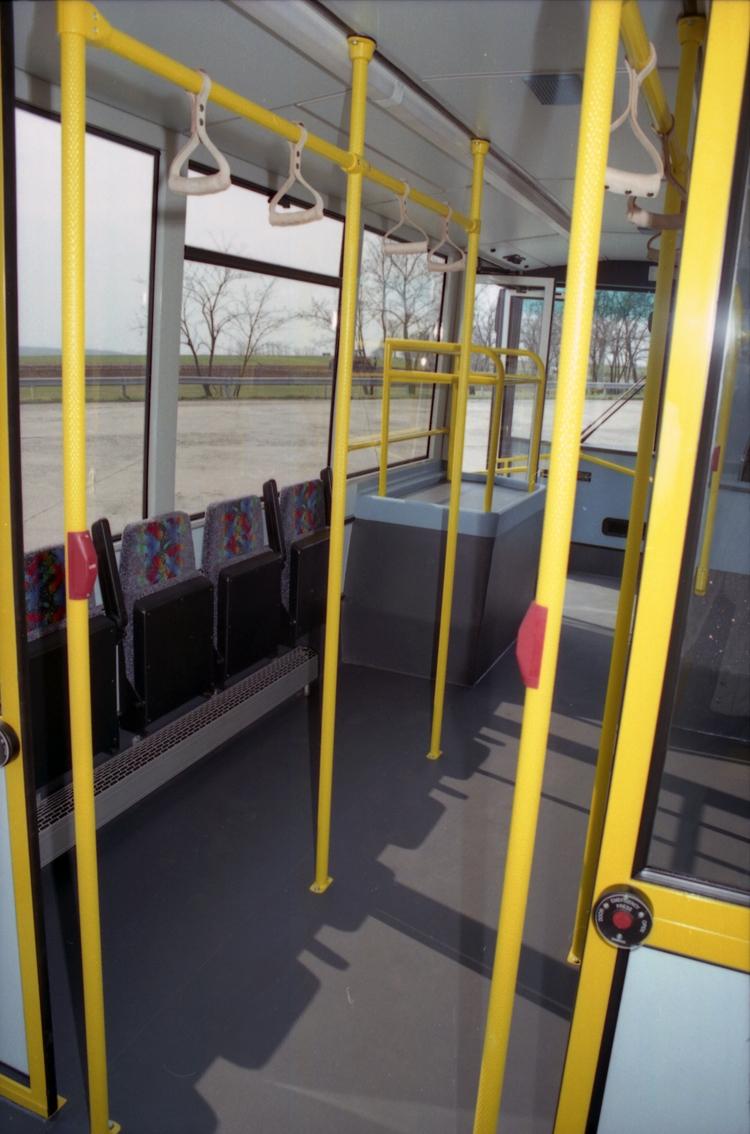 Az utastér első fele egyedi, lehajtható üléses peronos kialakítású