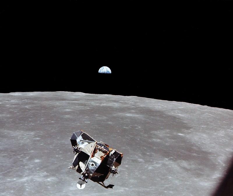 Collins fotóján együtt az érkező holdkomp, a Hold és a Föld