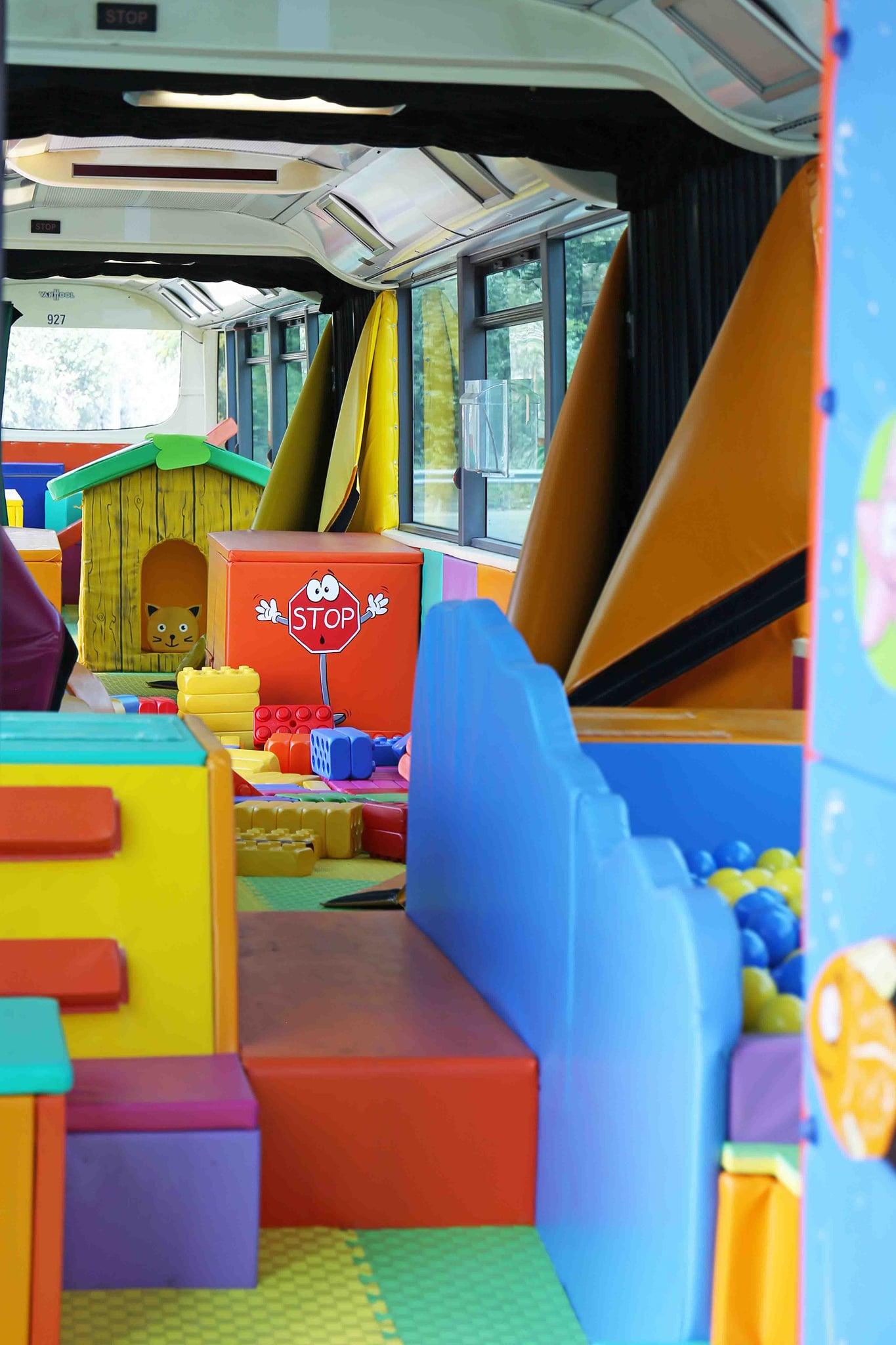 Játszóházzá alakította egyetlen, forgalomba nem adható duplacsuklós autóbuszát a BKV (fotók: BKV Zrt.)