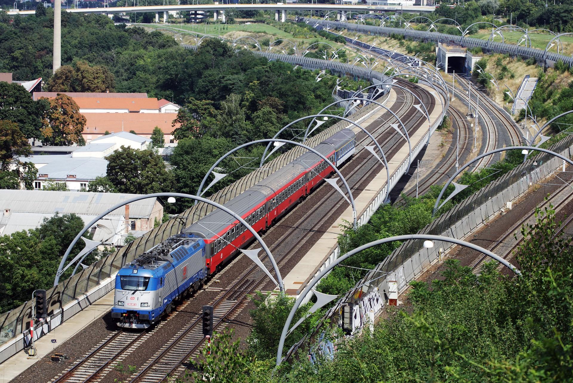 A prágai főpályaudvar közelében hasít gyorsvonatával az egyik 380-as