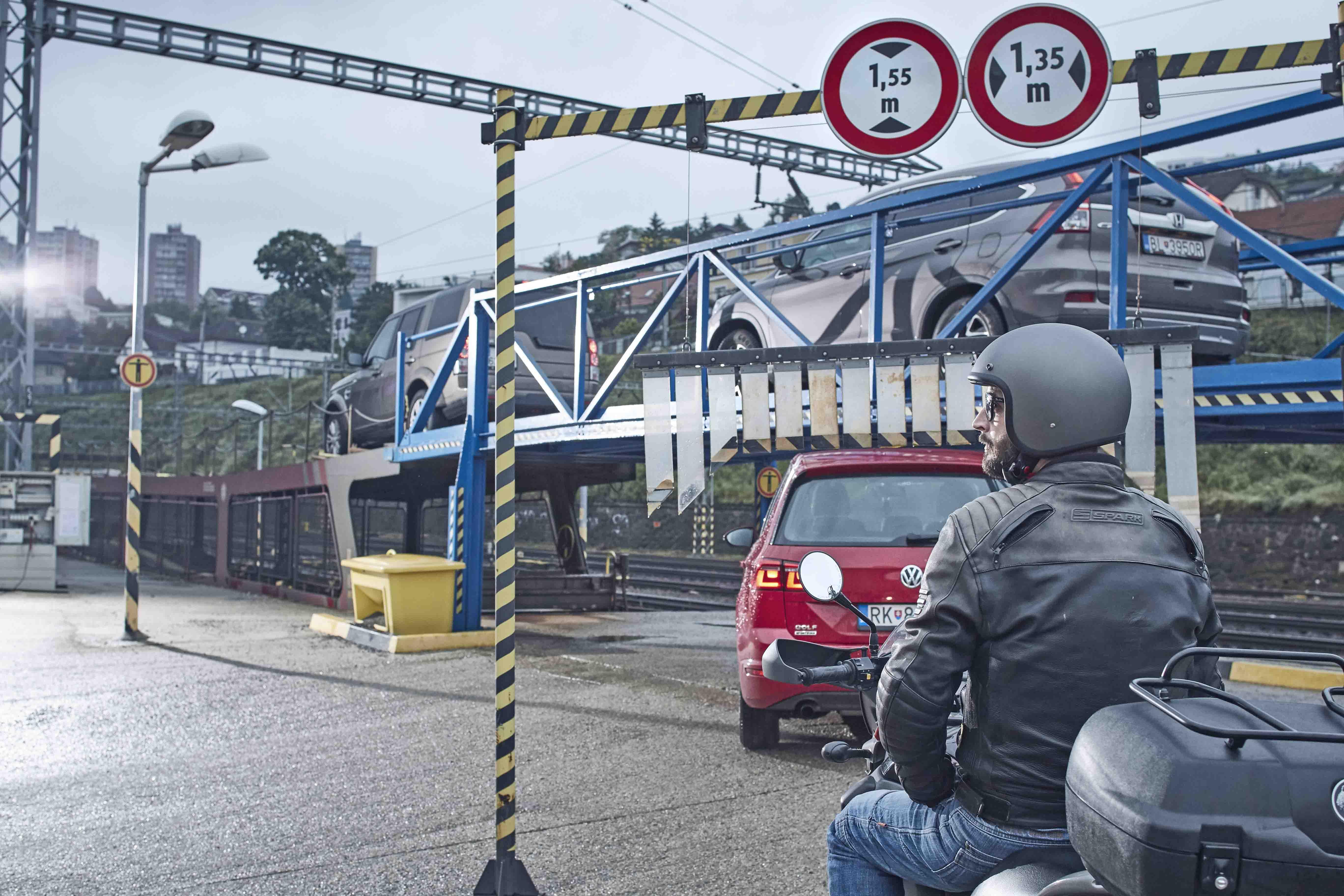 Splitbe az autót vagy a motorbiciklit is magukkal vihetik az utasok