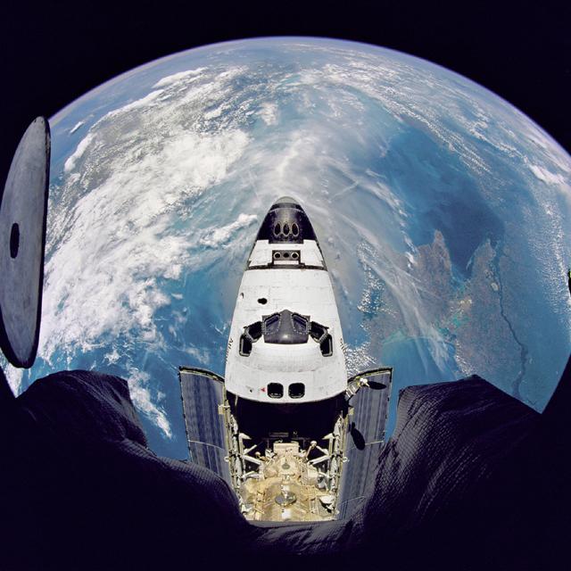 Az Atlantis az űrállomásról nézve