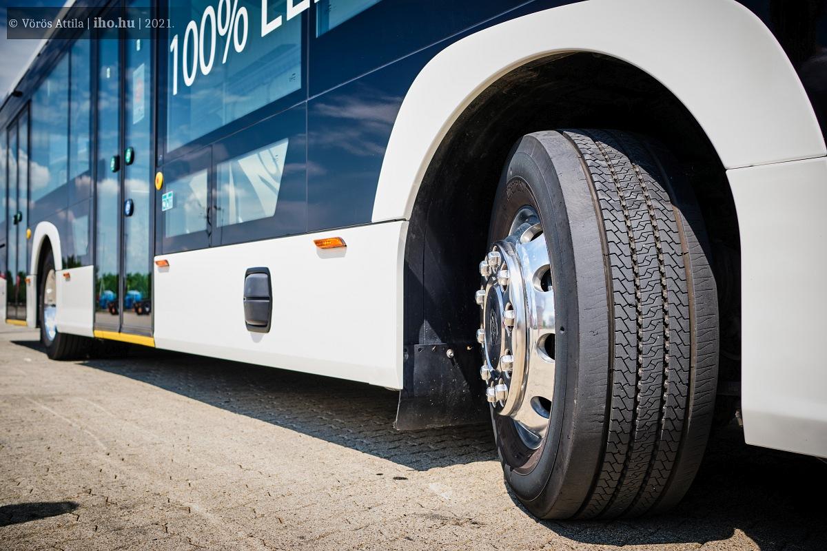 Jól mutatnak az alufelnik, de a sasszeműeknek valószínűleg feltűnik a szélesebb kerék is, amire a mellső tengely nagyobb, 8,5 tonnás terhelhetősége miatt volt szükség, így a busz megengedett legnagyobb össztömege 20 tonnára nőtt. A fekete kitüremkedés a busz oldalán egy szenzor, ami kanyarodás közben jelez a sofőrnek, abban az esetben, ha a busz mellé például betekert egy biciklis